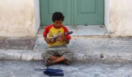 bambino_povero_grecia-478x316