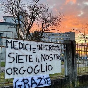 1583581919112-jpg-coronavirus__gli_italiani_incoraggiano_medici_e_infermieri__lo_striscione__siete_il_nostro_orgoglio-300x300